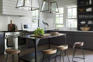 idee-deco-excellente-pour-votre-cuisine-industrielle-meubles-industriels-couelur-anthtracite-murale-credence-et-plan-de-travail-blancs-table-en-bois-vintage-e1477402345320