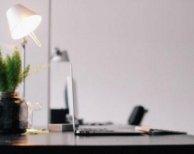 Photographie d'un bureau clé en main et bien décoré