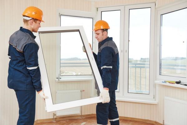 vitriers en train de poser une fenetre