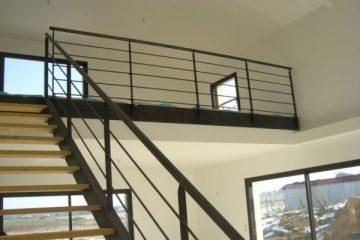 escalier-droit-rampe-metal-noir-bois-c